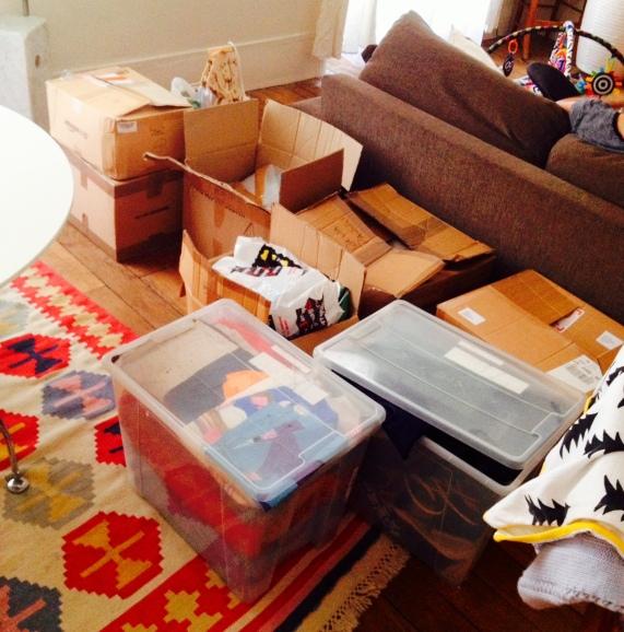Solo alcuni degli scatoloni di roba destinata all'oblio